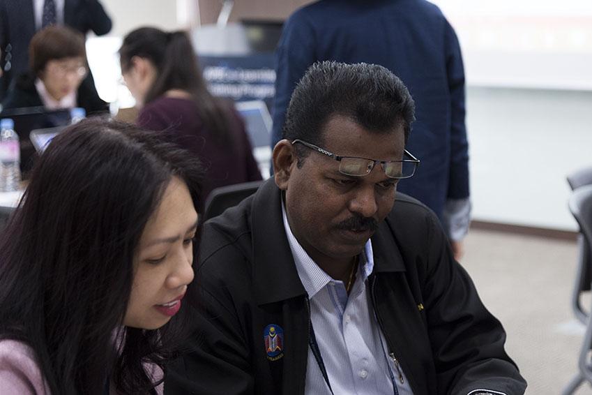 강연에 집중하는 APEC 남성 연수 단원