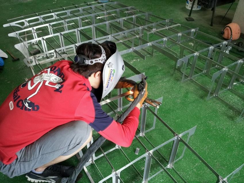 ▲WSC 준비 중 가장 힘들었던 건 알루미늄으로 차체를 제작하는 일이었다. 사진은 알루미늄 용접 작업에 한창인 성민씨의 모습