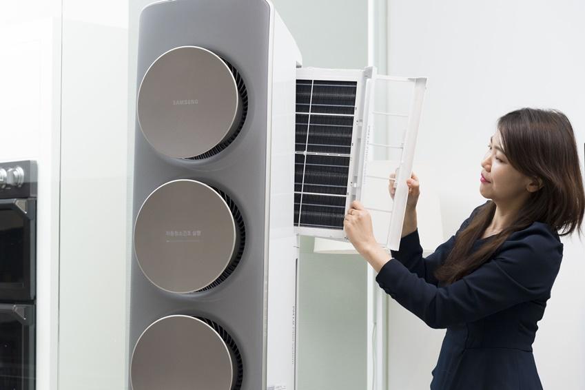 ▲2018년형 무풍에어컨에는  'PM1.0 필터 시스템'이 있어 0.3㎛(마이크로미터)의 초미세먼지까지 제거할 수 있다