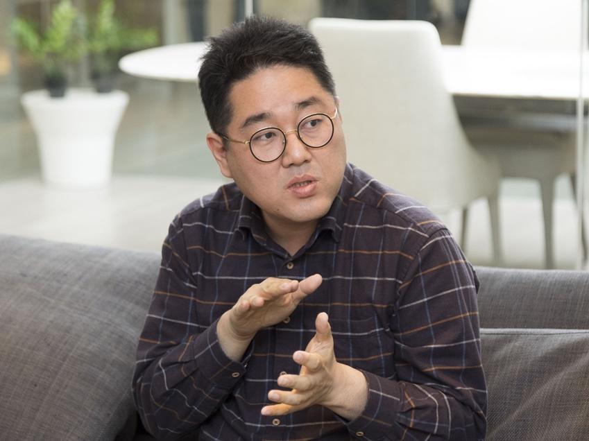 ▲삼성 공기청정기 상품기획 담당 이승현 씨가 저소음 성능에 대해 설명하고 있다