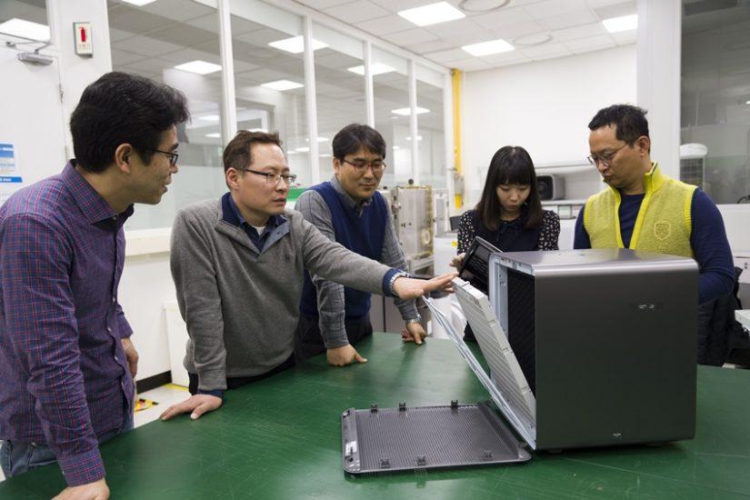 ▲삼성전자 생활가전사업부 개발팀에서 삼성 큐브 필터를 살펴보며 회의하고 있다