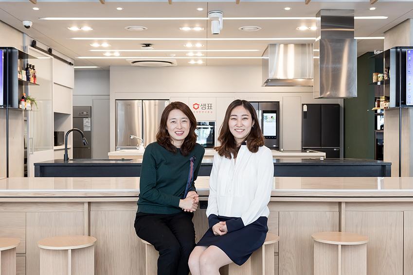 ▲ (왼쪽부터) 샘표 홍보팀 이윤아 팀장, 삼성전자 전략마케팅팀 이정민 씨