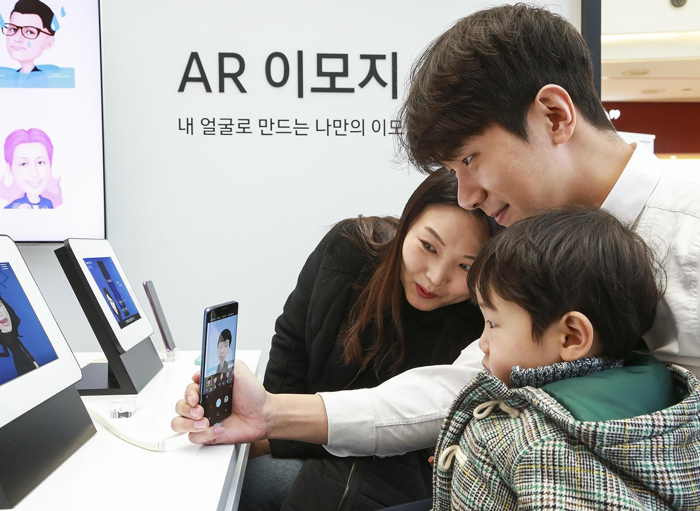 ▲ 지난 달 16일 서울 '갤럭시 팬 파티' 현장에서 '갤럭시 팬 큐레이터'가 '슈퍼 슬로우 모션', 'AR 이모지' 등 갤럭시 S9•S9+의 주요 기능을 설명하고 있다