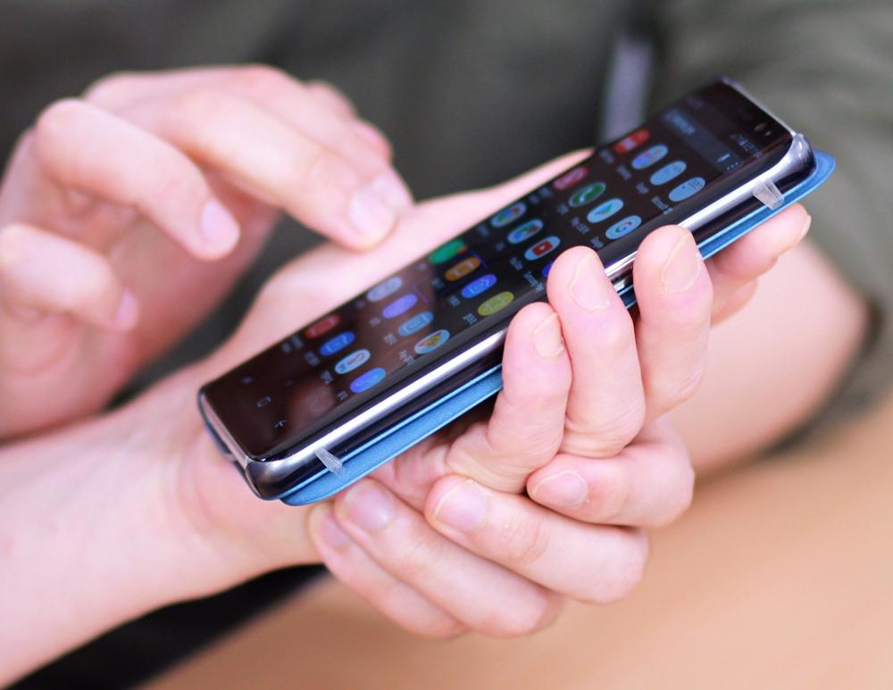 ▲ 시각장애인들에게 갤럭시 스마트폰 사용법을 전해주는 삼성전자 '스마트 엔젤' 봉사 활동 한 장면