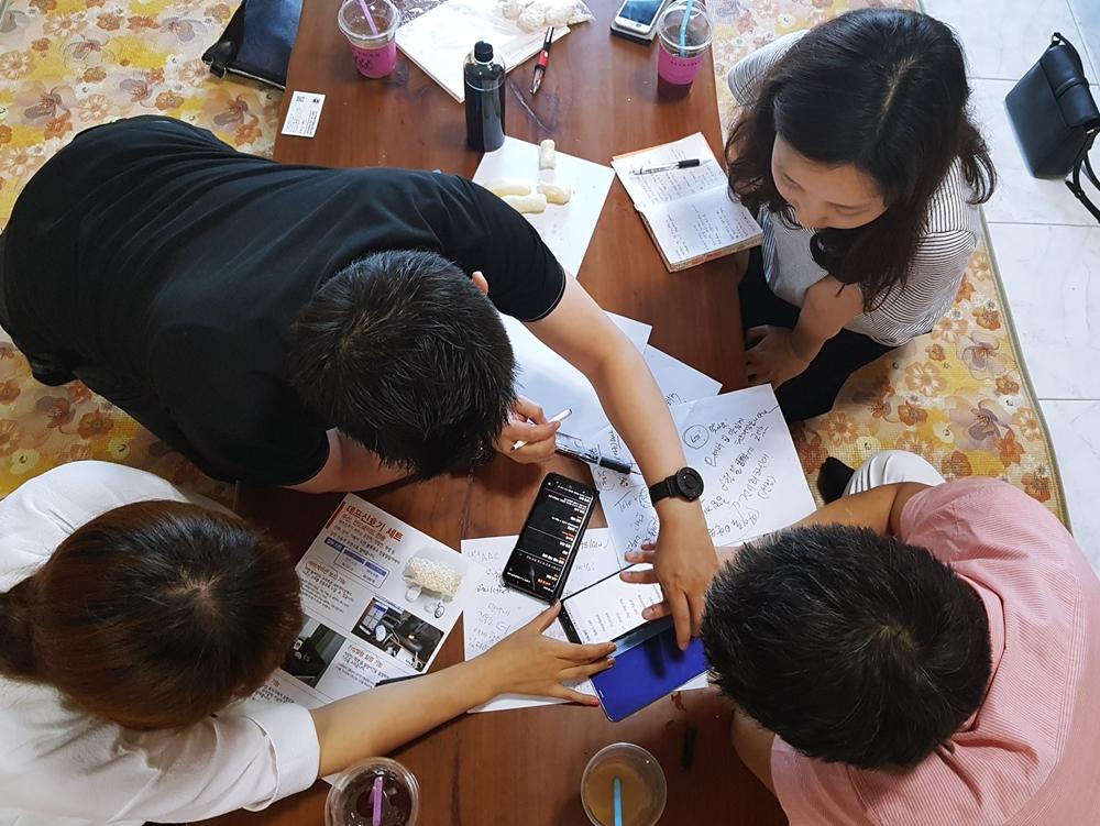 ▲ 삼성전자 개발자들이 '삼성 서포터즈'와 함께 갤럭시 스마트폰의 접근성 기능을 논의하고 있다
