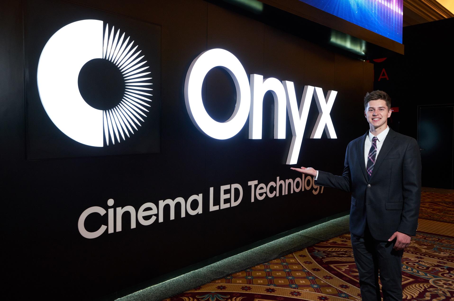 삼성전자가 24일(현지시간)부터 3일간 미국 라스베이거스에서 열리는 세계 최대 영화산업 박람회 '시네마콘(CinemaCon) 2018'에 참가해 삼성 시네마 LED의 신규 브랜드인 '오닉스(Onyx)'를 처음 소개하고, 앞으로 이 제품이 설치되는 상영관을 '오닉스'관으로 부르기로 했다. '오닉스'관을 설치한 '시네마콘 2018'의 삼성전자 부스 사진.