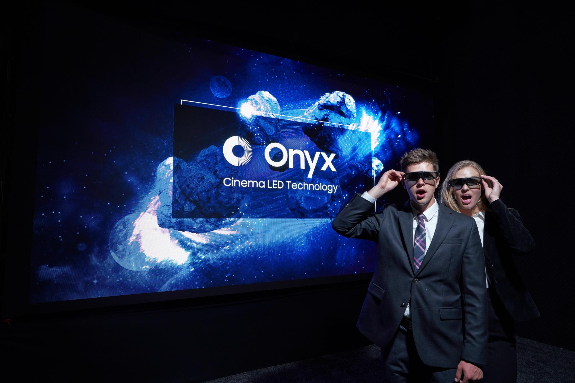▲ 삼성전자가 24일(현지시간)부터 3일간 미국 라스베이거스에서 열리는 세계 최대 영화산업 박람회 '시네마콘(CinemaCon) 2018'에 참가해 삼성 시네마 LED의 신규 브랜드인 '오닉스(Onyx)'를 처음 소개하고, 앞으로 이 제품이 설치되는 상영관을 '오닉스'관으로 부르기로 했다.   '시네마콘 2018'의 삼성전자 부스에 설치한 '오닉스' 스크린 사진.