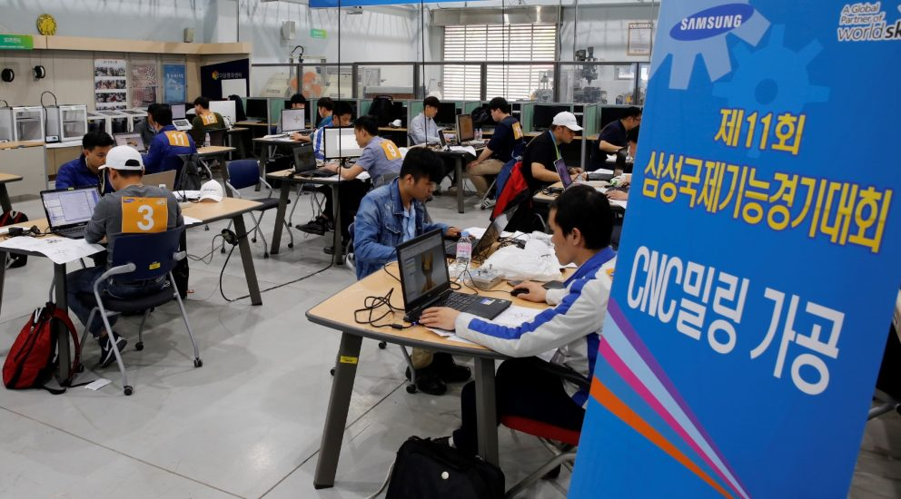 24일 한국기술교육대에서 열린 '제 11회 삼성국제기능경기대회'에서 4개 전자 계열사 국내외 임직원들이 'CNC밀링 가공' 직종 경기과제를 수행하고 있다.