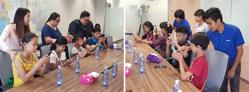 지도에 따라 스마트폰 조작법을 배우는 아이들