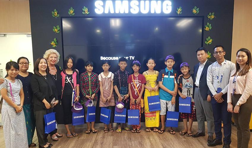 ▲사일런트 양곤 프로젝트를 이끈 링크포에이드 실무진과 어린이들이 삼성전자 미얀마법인을 방문한 기념으로 자리를 함께했다