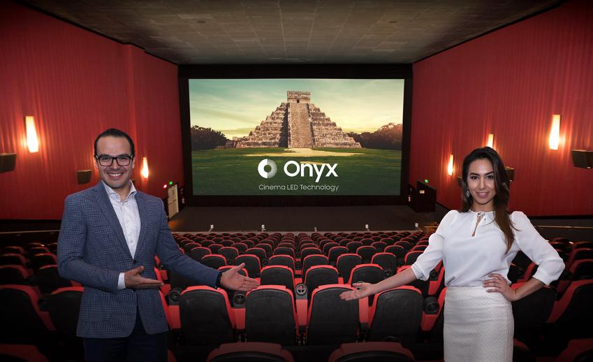 지난 4월 27일, 시네멕스(Cinemex) 본사가 위치한 멕시코시티의 시네멕스 극장에서 삼성전자 현지 직원들이 삼성 '오닉스' 브랜드를 설명하고 있다.