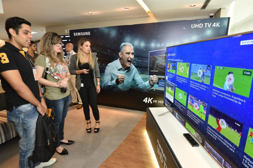 ▲ 지난 3월 브라질 상파울루에서 진행된 삼성전자 TV 행사에서 참석자들이 삼성전자 프리미엄 TV를 보고 있다.