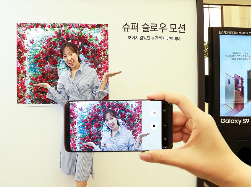 ▲서울 강남 파미에스테이션에 마련된 '갤럭시 스튜디오'에서 장미 정원의 흩날리는 장미꽃을 배경으로 '슈퍼 슬로우 모션' 기능을 체험하고 있는 모습