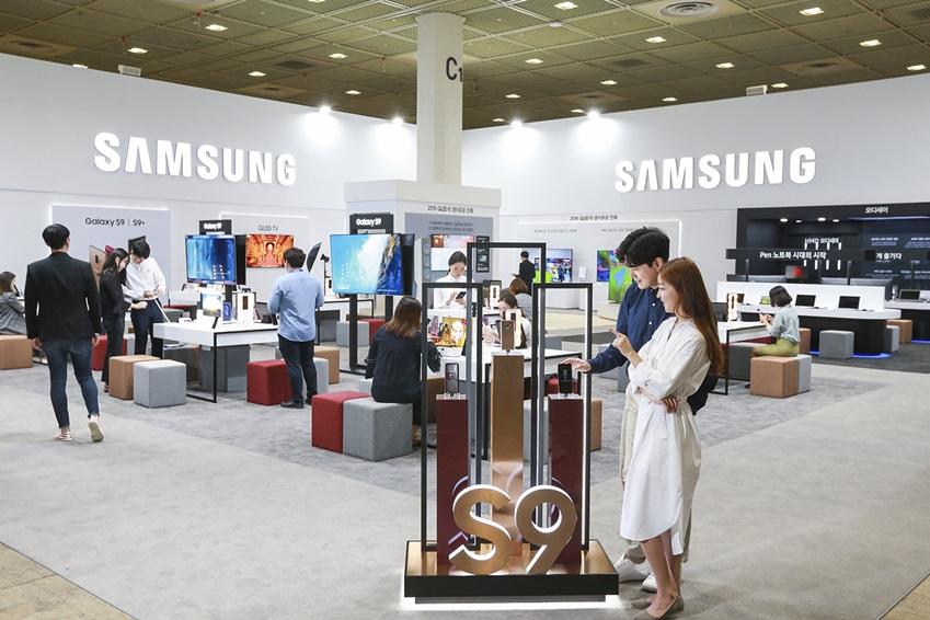 삼성전자가 23일부터 26일까지 서울 코엑스(COEX)에서 열리는 '월드 IT쇼 2018(World IT Show 2018)'에 참가해 최신 전략 제품들을 선보이고 혁신적 스마트 라이프 경험을 제공한다. 삼성전자 모델들이 비주얼 소통 시대에 최적화된 '갤럭시 S9'과 '갤럭시 S9+'를 보고 있다.
