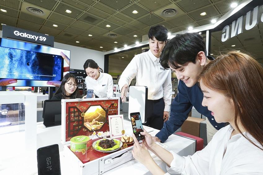 삼성전자가 23일부터 26일까지 서울 코엑스(COEX)에서 열리는 '월드 IT쇼 2018(World IT Show 2018)'에 참가해 최신 전략 제품들을 선보이고 혁신적 스마트 라이프 경험을 제공한다. 삼성전자 모델들이 갤럭시 체험존에서 '갤럭시 S9'·'갤럭시 S9+'의 ▲초당 960개 프레임의 속도로 촬영해 눈에 보이지 않는 순간까지 담아내는 '슈퍼 슬로우 모션' ▲주변 밝기에 따라 자동으로 변하는 '듀얼 조리개' ▲나를 닮은 아바타로 재미있는 이모티콘을 만들어주는 '마이 이모지' 등 혁신적인 기능을 즐기고 있다.