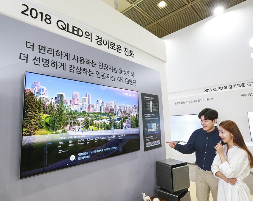 삼성전자가 23일부터 26일까지 서울 코엑스(COEX)에서 열리는 '월드 IT쇼 2018(World IT Show 2018)'에 참가해 최신 전략 제품들을 선보이고 혁신적 스마트 라이프 경험을 제공한다. 삼성전자 모델들이 독자적인 퀀텀닷 기술이 적용돼 공인기관으로부터 2년 연속 인증 받은 '컬러볼륨 100%', HDR 2000의 뛰어난 밝기 등으로 주변 환경이나 콘텐츠 밝기에 상관없이 원본 그대로의 영상을 재현해 주는 '2018년형 삼성 QLED TV'를 감상하고 있다.