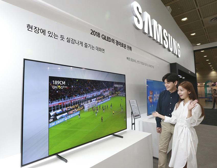 삼성전자가 23일부터 26일까지 서울 코엑스(COEX)에서 열리는 '월드 IT쇼 2018(World IT Show 2018)'에 참가해 최신 전략 제품들을 선보이고 혁신적 스마트 라이프 경험을 제공한다. 삼성전자 모델들이 '2018년형 삼성 QLED TV'의 대화면 체험공간에서 스포츠 경기를 감상하고 있다.