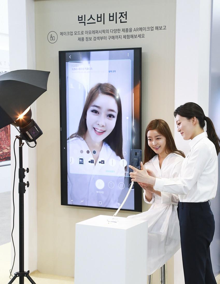 삼성전자가 23일부터 26일까지 서울 코엑스(COEX)에서 열리는 '월드 IT쇼 2018(World IT Show 2018)'에 참가해 최신 전략 제품들을 선보이고 혁신적 스마트 라이프 경험을 제공한다. 삼성전자 모델이 갤럭시 체험존에서 유명한 브랜드 색조 제품으로 가상 메이크업을 해 볼 수 있는 'AR 메이크업'을 체험해 보고 있다.
