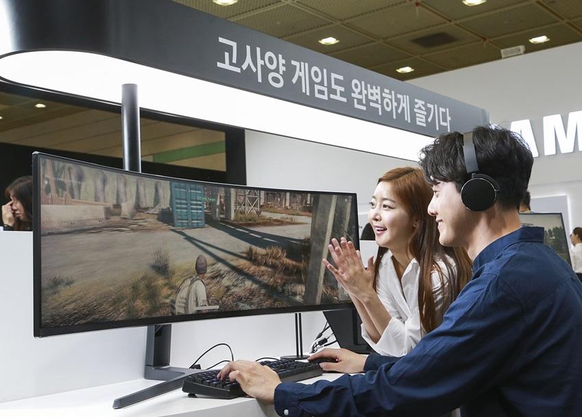 삼성전자가 23일부터 26일까지 서울 코엑스(COEX)에서 열리는 '월드 IT쇼 2018(World IT Show 2018)'에 참가해 최신 전략 제품들을 선보이고 혁신적 스마트 라이프 경험을 제공한다. 삼성전자 모델들이 체험존에서 최적의 게이밍을 위한 '삼성 노트북 오디세이 Z'를 통해 고사양 PC 게임인 '배틀 그라운드'를 즐기고 있다.