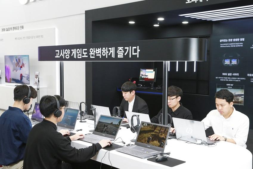 삼성전자가 23일부터 26일까지 서울 코엑스(COEX)에서 열리는 '월드 IT쇼 2018(World IT Show 2018)'에 참가해 최신 전략 제품들을 선보이고 혁신적 스마트 라이프 경험을 제공한다. 관람객들이 체험존에서 최적의 게이밍을 위한 '삼성 노트북 오디세이 Z'를 통해 고사양 PC 게임인 '배틀 그라운드'를 즐기고 있다.