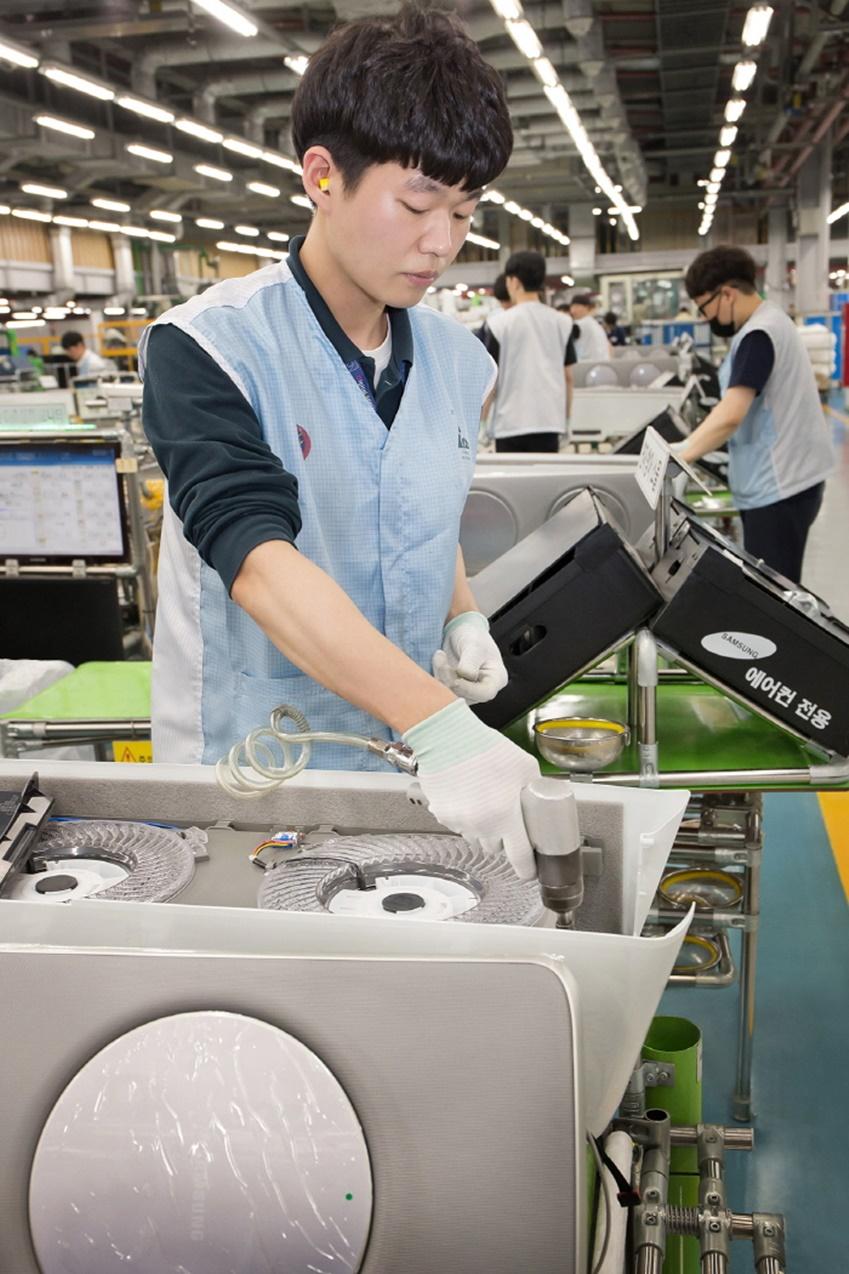 광주 오선동에 위치한 삼성전자 광주사업장 에어컨 생산라인에서 직원들이 '삼성 무풍에어컨'을 생산하고 있는 모습