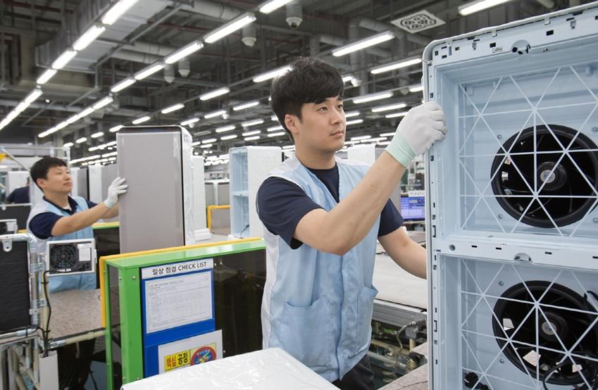 광주 오선동에 위치한 삼성전자 광주사업장 공기청정기 생산라인에서 직원들이 '삼성 큐브'와 '삼성 블루스카이' 공기청정기를 생산하고 있는 모습