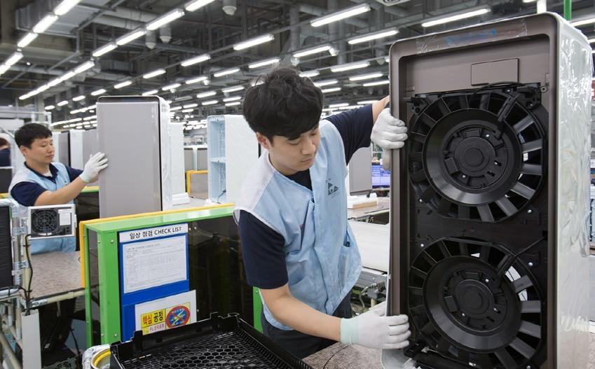 ▲ 광주 오선동에 위치한 삼성전자 광주사업장 공기청정기 생산라인에서 직원들이 '삼성 큐브'와 '삼성 블루스카이' 공기청정기를 생산하고 있는 모습