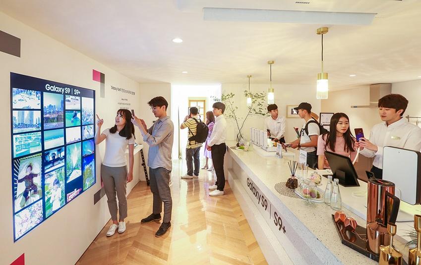 서울 서교동에서 열린 '갤럭시 팬과 함께 하는 S9 모두의 발견전' 중 모든 출품작이 전시된 '모두의 발견존'과 거실 공간으로 연출한 '생활의 발견존'에서 갤럭시 팬들이 수상작을 관람하는 모습