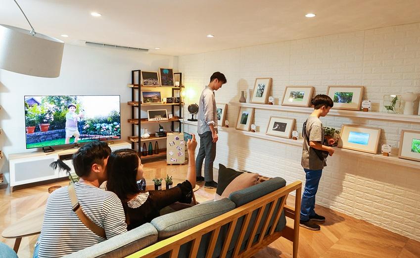 서울 서교동에서 열린 '갤럭시 팬과 함께 하는 S9 모두의 발견전' 중 '여행의 발견존'에서 갤럭시 팬들이 여행지에서 촬영한 수상작을 감상하는 모습