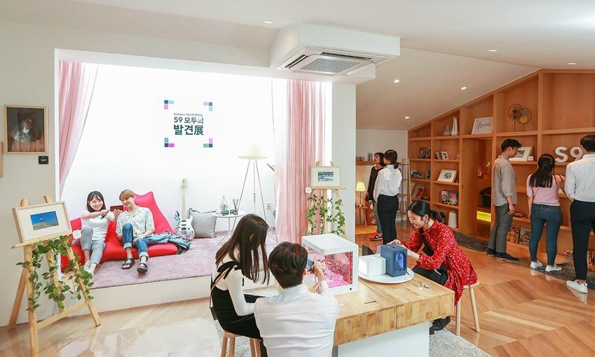 서울 서교동에서 열린 '갤럭시 팬과 함께 하는 S9 모두의 발견전' 중 '일상의 발견존'에서 갤럭시 팬들이 수상작을 관람하고 '갤럭시 S9·S9+'의 '슈퍼 슬로우 모션'과 '듀얼 조리개' 등 제품 체험을 즐기는 모습