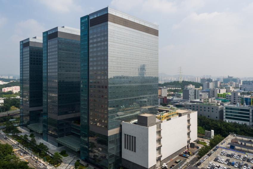웅장한 규모를 자랑하는 세 쌍둥이 건물은 부품 연구동