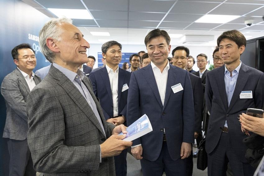 22일(현지시간) 열린 영국 케임브리지 AI 센터의 개소식에서 김현석 대표이사와  케임브리지 AI 센터의 리더인 앤드류 블레이크(Andrew Blake) 박사가 담소를 나누고 있다.