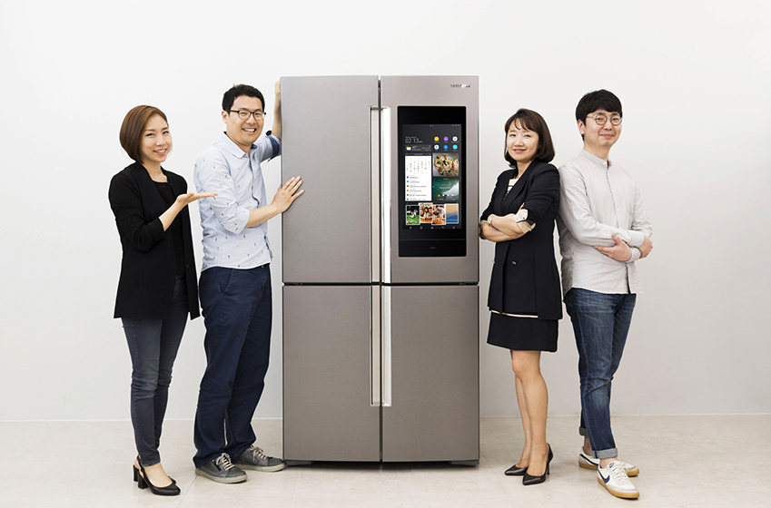 삼성전자 생활가전사업부 UX 디자이너들이 인간공학디자인상 그랑프리를 수상한 'T9000 패밀리허브' 제품을 소개하고 있다.