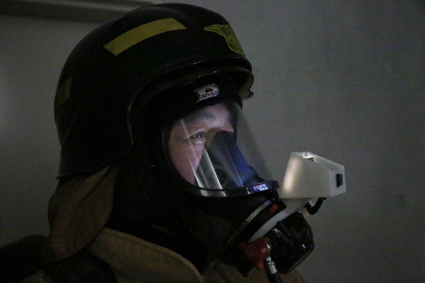 ▲열화상카메라는 산소 마스크에 부착하는 형태여서 두 손이 자유로운 게 특징이다