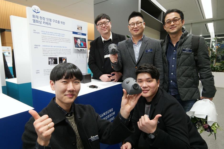 ▲삼성전자 주최 아이디어 공모전 삼성투모로우솔루션을 통해 보급형 열화상카메라 아이디어를 낸 '이그니스' 팀원들이 손수 개발한 열화상카메라를 들어 보이고 있다