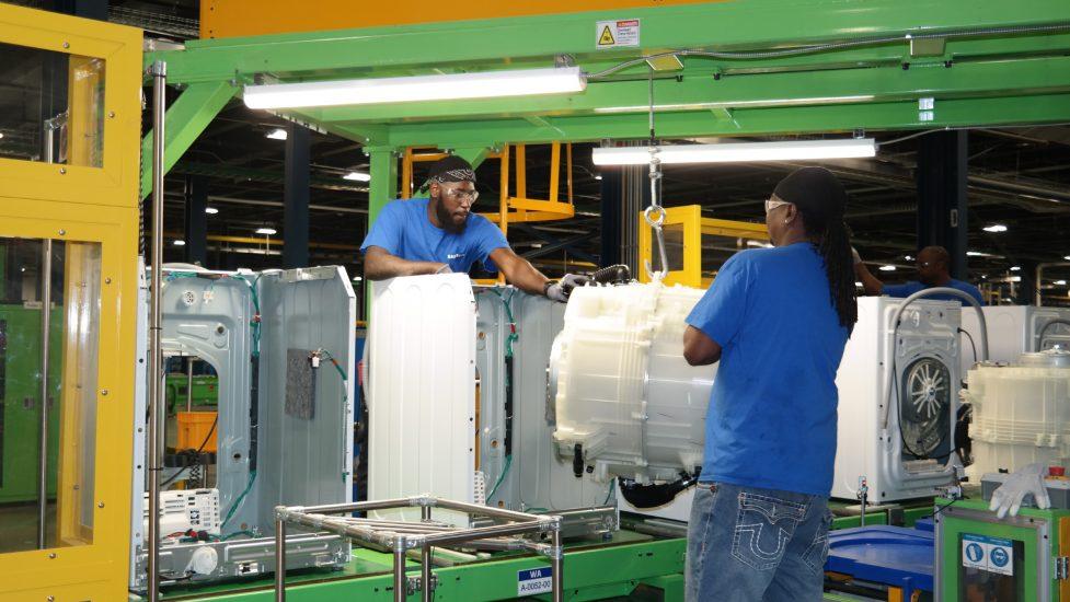 미국 사우스 캐롤라이나주 뉴베리카운티에 위치한 삼성전자 생활가전 공장에서 직원들이 세탁기를 생산하고 있다.