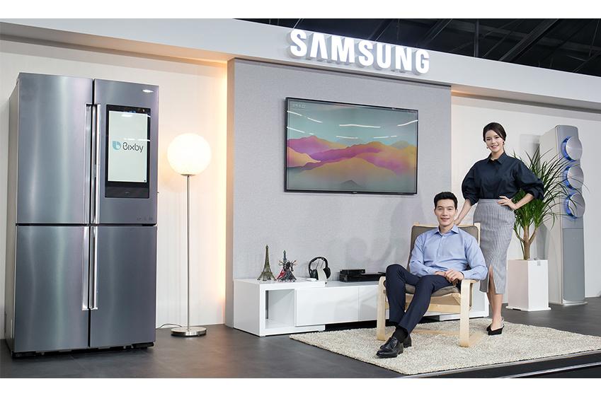 삼성전자가 17일 서울 성수동에 위치한 복합문화공간 에스팩토리에서 '삼성 홈IoT&빅스비' 미디어데이를 개최했다. 삼성전자는 패밀리허브 냉장고·무풍에어컨·플렉스워시 세탁기·QLED TV 등 '빅스비'적용으로 한 단계 진화한 주요 제품들을 통해 실생활에서 경험할 수 있는 다양한 IoT 서비스를 선보였다.