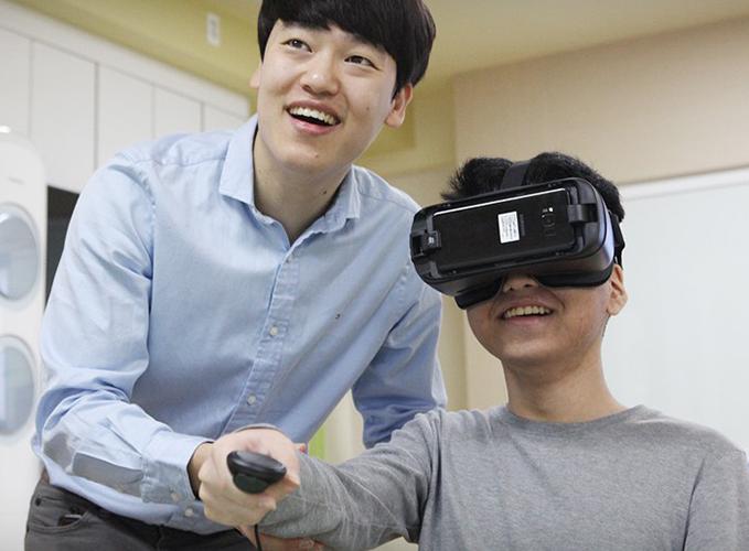 VR을 통해 세상을 바라보고 있는 아이들의 모습