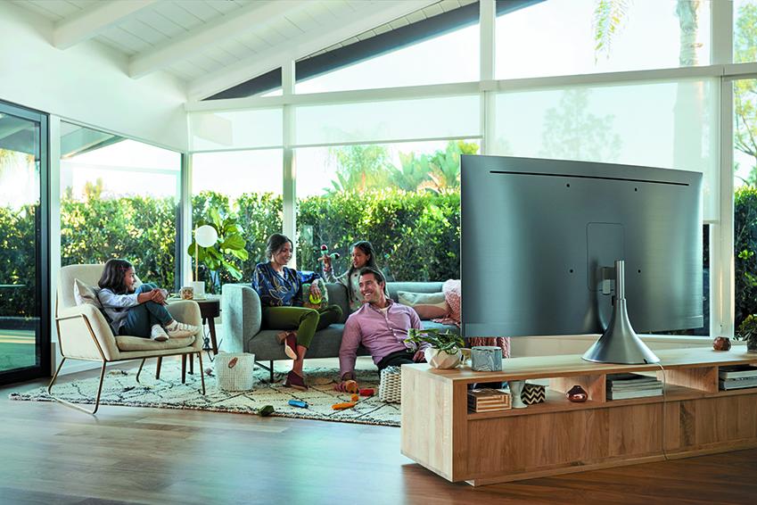 2018년형 QLED TV를 시청하고 있는 가족들