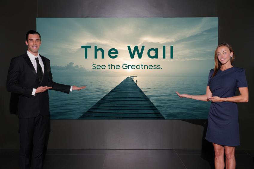 삼성전자가 6일부터 8일까지(현지시간) 미국 라스베이거스에서 열리는 세계 최대 디스플레이 전시회 '인포콤 2018(InfoComm 2018)'에 참가해 '더 월(The Wall)'의 상업용 디스플레이 버전인 '더 월 프로페셔널 (The Wall Professional)'을 공식 출시했다. '더 월 프로페셔널'은 인포콤 기간부터 본격적인 수주에 돌입, 미국 등 글로벌 전 지역에 동시 판매를 시작하며 3분기 내 설치를 시작할 예정이다. 삼성전자 모델이 인포콤 삼성전자 전시부스에서 '더 월 프로페셔널'을 소개하고 있다.