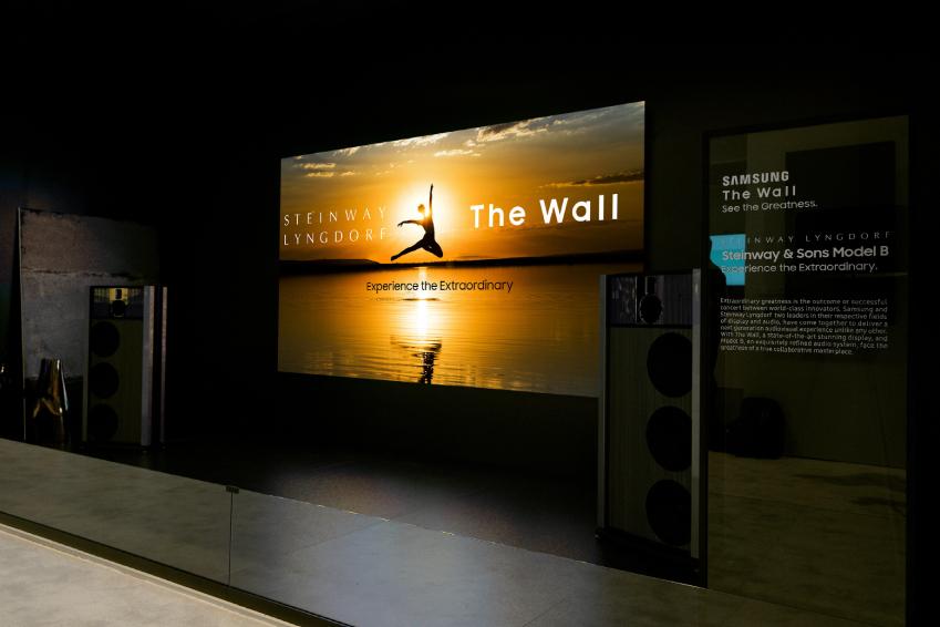 미국 라스베이거스에서 열리는 세계 최대 디스플레이 전시회 '인포콤 2018(InfoComm 2018)'에 전시된 삼성의 '더 월 프로페셔널'과 '스타인웨이 링돌프'의 '모델 B' 사운드 시스템이 결합된 최고급 AV 패키지
