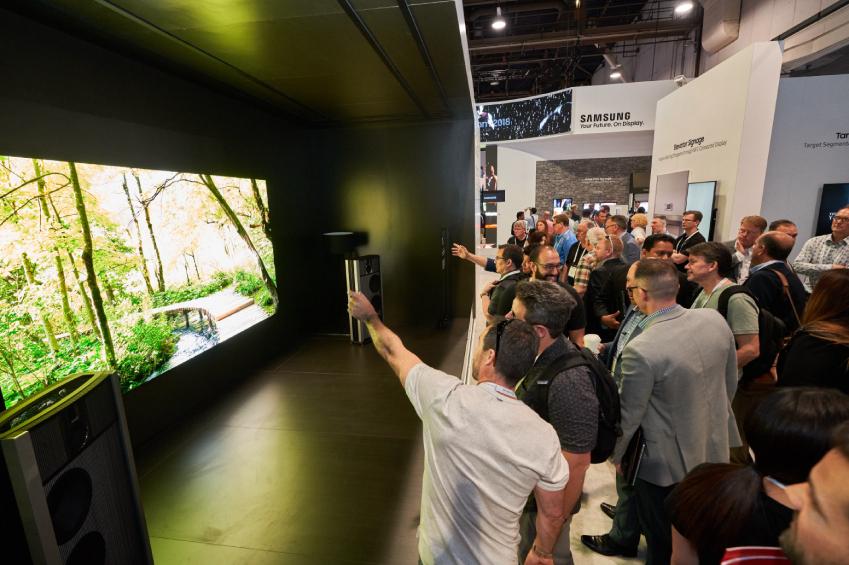 6일(현지시간) 미국 라스베이거스에서 열리는 세계 최대 디스플레이 전시회 '인포콤 2018(InfoComm 2018)'에 전시된 삼성의 '더 월 프로페셔널'과 '스타인웨이 링돌프'의 '모델 B' 사운드 시스템이 결합된 최고급 AV 패키지를 관람객들이 관람하고 있는 모습