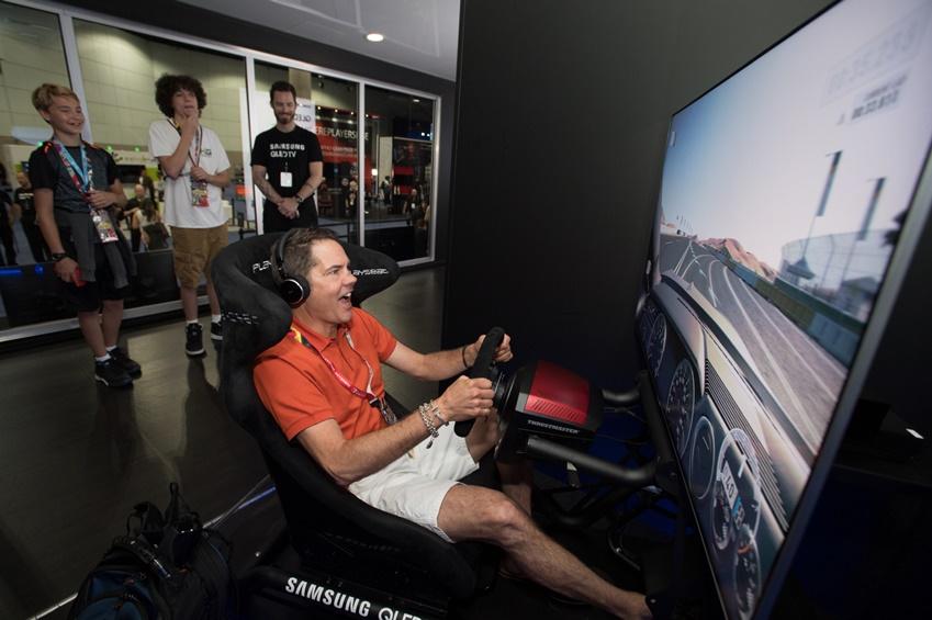 12일(현지시간) 미국 로스엔젤레스 컨벤션 센터에서 열린 세계 최대 게임쇼 'E3 2018'의 삼성 QLED TV 체험존에서 관람객들이 대형 QLED TV로 게임을 즐기고 있다.