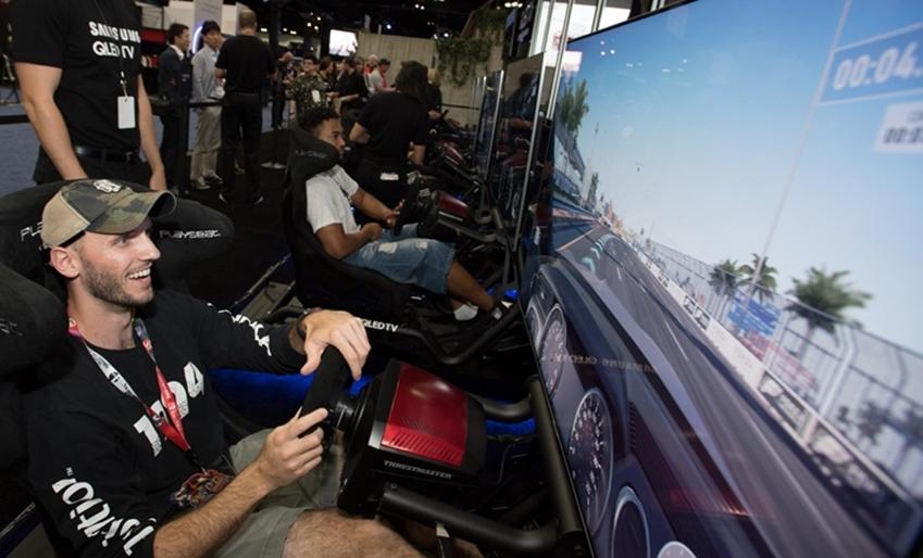 E3 현장에서 QLED TV로 게임을 즐기는 사람들 모습