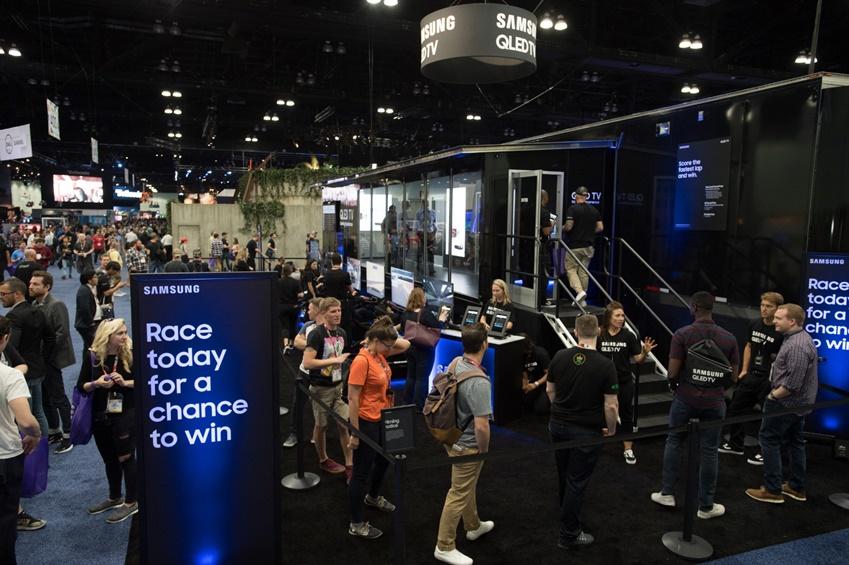 ▲ 12일(현지시간) 미국 로스엔젤레스 컨벤션 센터에서 열린 세계 최대 게임쇼 'E3 2018'에서 관람객들이 대형 QLED TV로 게임을 즐기기 위해 삼성 QLED TV 체험존 입장을 기다리고 있다.
