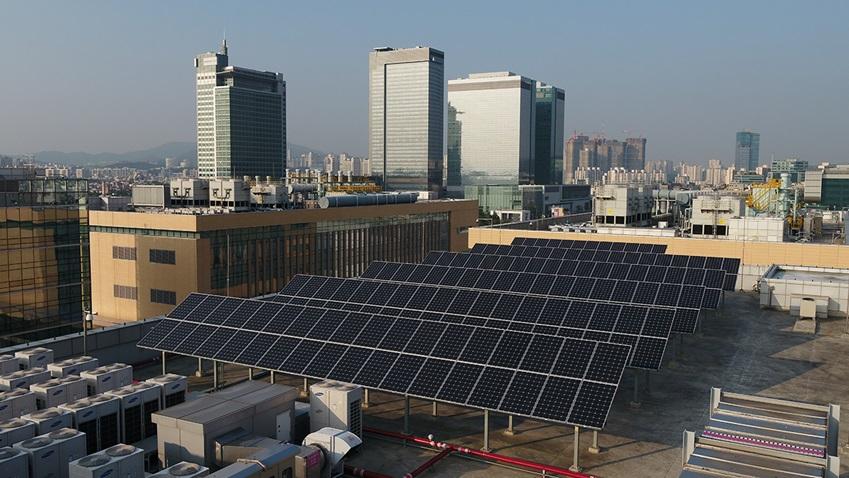 삼성전자 수원사업장 소재단지 옥상에 설치된 태양광 발전 패널 모습.