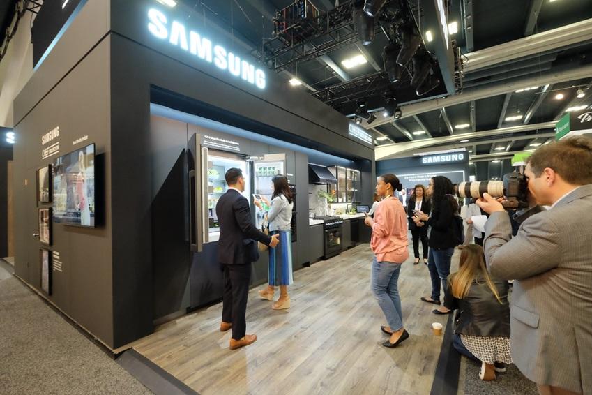건축가, 디자이너 등 업계 관계자들이 2018 PCBC 삼성전자 부스에서 프리미엄 빌트인 가전 '셰프컬렉션' 라인업을 살펴보고 있다.