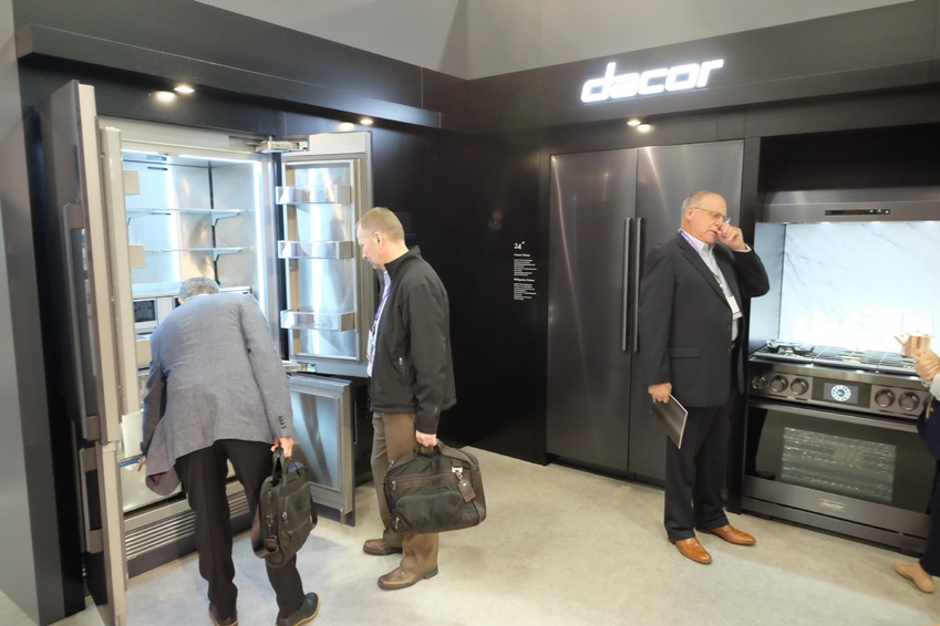 건축가, 디자이너 등 업계 관계자들이 2018 PCBC 데이코 부스에서 럭셔리 빌트인 가전 '모더니스트 컬렉션'과 '헤리티지' 라인업을 살펴보고 있다.