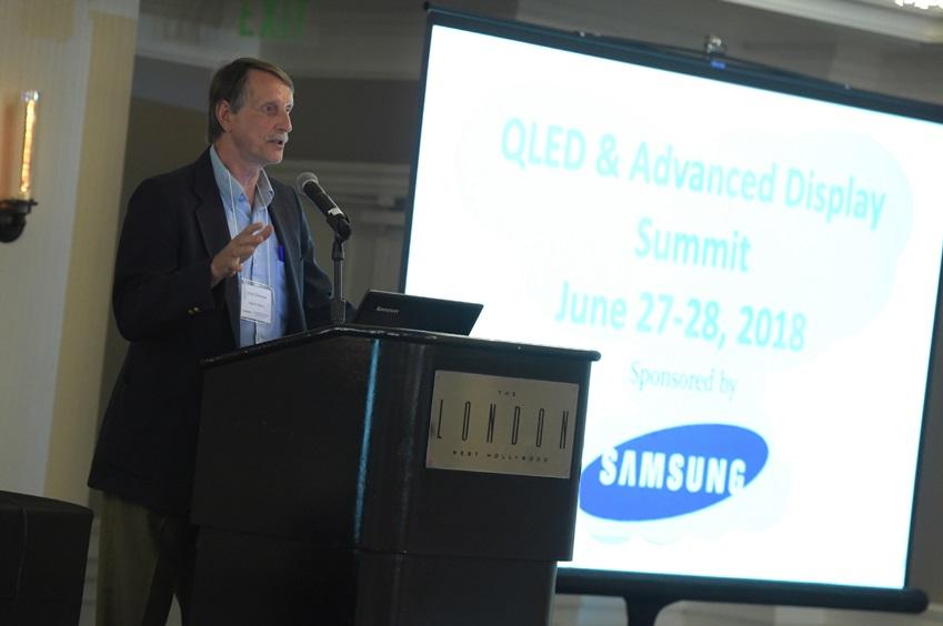 삼성전자가 27일(현지시간)부터 이틀간 미국 로스앤젤레스의 더 런던 웨스트 할리우드 호텔에서 'QLED & 어드밴스드 디스플레이 서밋' 행사를 개최하고 혁신적인 디스플레이 기술과 로드맵을 선보였다. 27일(현지시간) 삼성전자와 함께 이번 행사를 공동 주관한 미국 리서치 전문 기관인 '인사이트 미디어'의 CEO인 크리스 치눅(Chris Chinnock)이 환영 인사를 하고 있다.