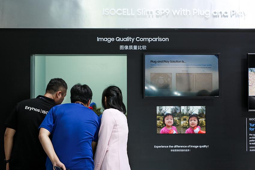 ▲ 관람객들의 발길을 붙잡은 'ISOCELL Slim 3P9'은 스마트폰 카메라 개발 기간을 최대 4개월 단축할 수 있는 솔루션인 'ISOCELL Plug&Play'를 탑재해 중국 스마트폰 제조사의 관심을 끌었다. 'ISOCELL Plug&Play'는 이미지센서, 카메라 렌즈, 엑추에이터 등 하드웨어와 소프트웨어를 사전에 튜닝한 턴키 모듈이다